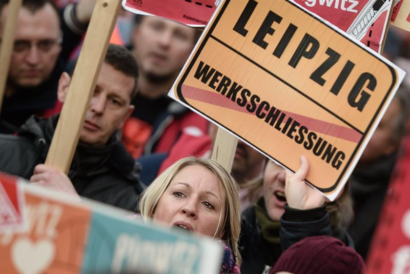 Siemens workers protest in Berlin at the announcement of cuts