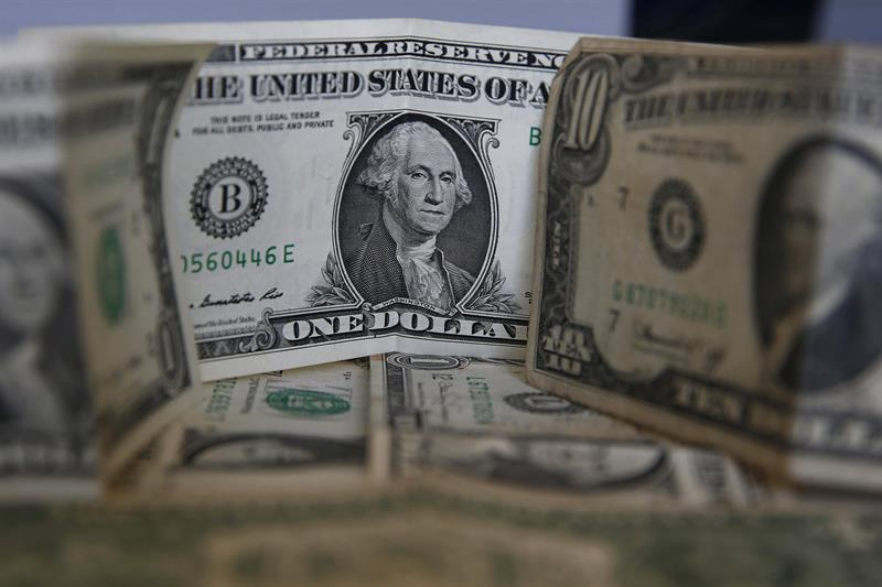 The dollar rises against the euro and ends mixed with other currencies