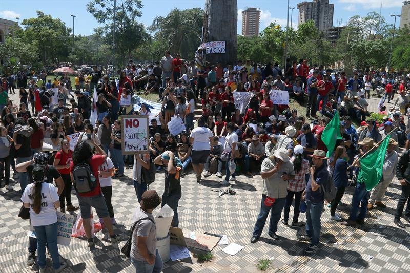 Guilds protest before the Paraguayan Congress during the budget study