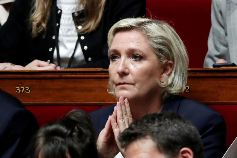 The FN and Marine Le Pen, bank deprived, denounce a political operation